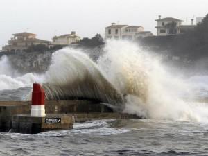 La costa mediterranea della Spagna è stat pesantemente colpita dal passaggio della Tempesta Gloria /la Tormenta Gloria) che ha lasciato 3 morti e decine di milioni di euro di danni. Avere costruito troppo vicino al mare ha messo in pericolo le abitazioni e le strade.