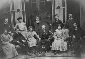 La famiglia di Pedro Vasena in una foto dei primi del Novecento nella loro casa di Buenos Aires. Vasena creò l'industria siderurgica in Argentina.