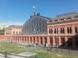 La Stazione di Madrid Puerta de Atocha, il più importante snodo ferroviario di Spagna, venne inaugurata nel 1851 e nel 1892 la facciata venne ricostruita. Continuò il suo esercizio fino alla sua soppressione avvenuta nel 1992, quando fu inglobata nella nuova stazione di Madrid Puerta de Atocha e Atocha-Cercanías. Il piazzale dei binari venne convertito in una bellissima grande serra.