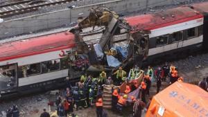 La matina dell'11 marzo 2004 dieci esplosivi al plastico esplosero su quattro treni pendolari che convergevano verso la stazione centrale di Madrid Atocha. Le vittime furono 177 e i feriti oltre 2 mila. Si aggiunsero poi altri 15 morti, deceduti qualche giorno dopo.