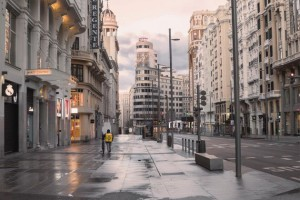 Gran Via a Madrid svuotata dal congelamento di tutte le attività.