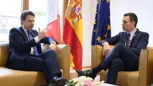 Il premier italiano Giuseppe Conte a colloquio con il presidente del Governo spagnolo Pedro Sánchez.