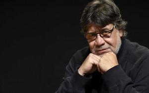 Luis Sepúlveda era nato a Ovalle, Cile nel 1949 e dopo aver viaggiato molto e vissuto in Uruguay, Paraguay, Ecuador, Bolivia, Brasile, Francia e Germania si era stabilito in Spagna nelle Asturie.