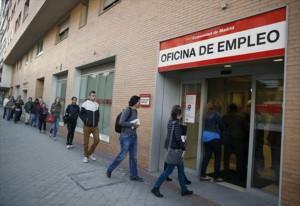 Una coda ben ordinata senza furbetti a Madrid davanti a un Ufficio per l'Impiego, prima dell'emergenza virus.