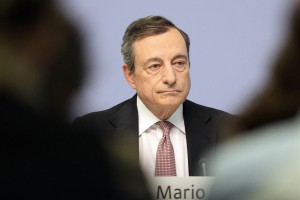Mario Draghi in conferenza stampa sulla politica monetaria dell'Eurozona