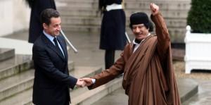 Italyphotopress - il presidente francese Nicolas Sarkozy - il presidente francese Nicolas Sarkozy stringe la mano a Muammar al Gheddafi ( leader capo di Stato libico )