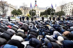 musulmans-prient-devant-lHotel-ville-Clichy-24-2017protester-contre-fermeture-salle-servait-jusqualors-mosquee_0_1399_931