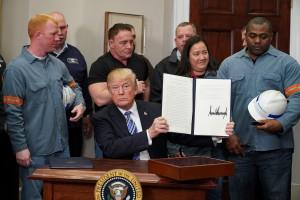 Usa, Trump firma per imporre dazi su acciaio