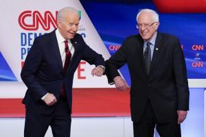 Biden e Sanders si salutano col gomito