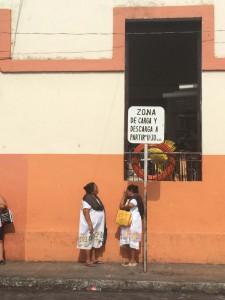 Chiacchiere al mercato maya di Uman