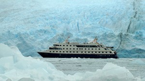 La nave Cruceros Australis tra i ghiacciai della Patagonia