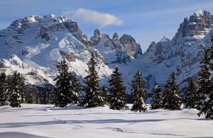 Numerosi i tracciati in quota nel silenzio invernale per escursioni a piedi, con le ciaspole o in slitta trainata da husky